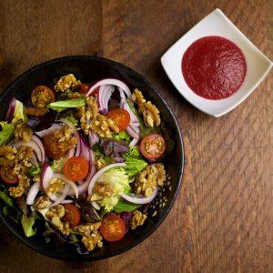 Ensalada de tomates cherry, nueces y cebolla morada